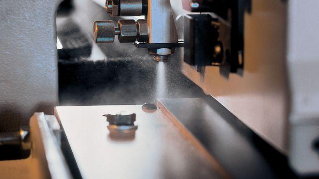 Système pulvérisateur pour le retrait de résidus de colle et d'impuretés lors du plaquage de chants - Streamer 1057 XL HOLZHER