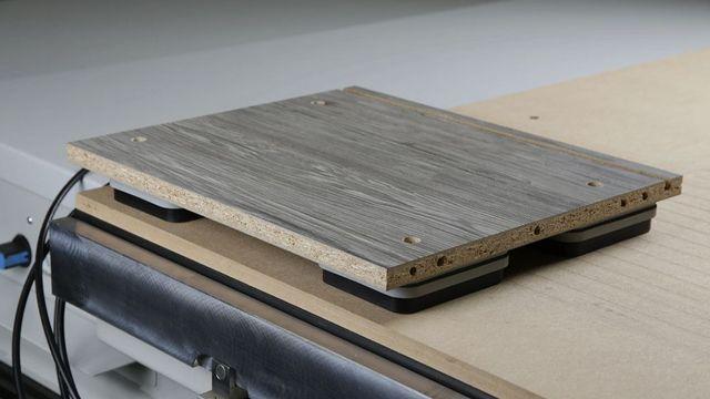 Des ventouses spéciales pour la table à dépression permettent notamment les perçages horizontaux et les usinages de profils sur tous les types de panneaux.